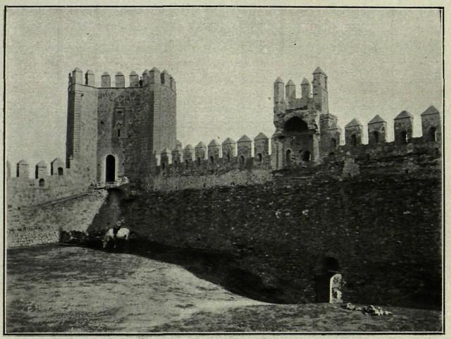 Frente meridional y poterna del Castillo de San Servando, vistos desde el interior. Fotografía de M. Castaños. 1913