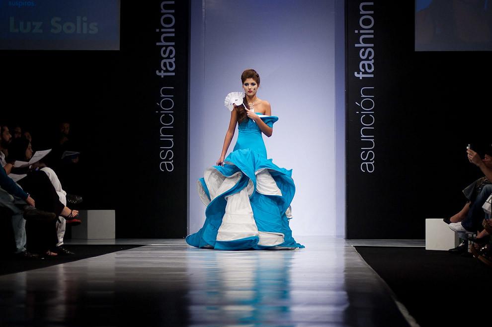 """Una modelo desfila en la pasarela con un vestido de uno de los diseñadores de la competencia """"Pilar Puro Talento 2010"""" en la semana de la moda de Asunción Fashion Week. (Elton Núñez - Asunción, Paraguay)"""