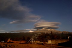 Iztaccíhuatl y el velo (Daniel Iván) Tags: mountain méxico clouds mexico nubes montaña lenticular popocatepetl iztaccíhuatl fenómenoclimático climatephenomenom ofportalsandparallelworlds
