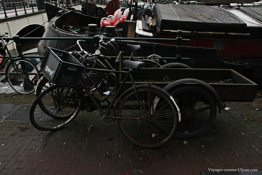 Derrière, un vélo pour transporter des objets divers