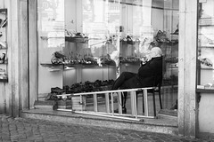 Fumando un sigaro.jpg (gilberto.gini) Tags: street blackandwhite bw roma strada bn biancoenero reportage leicasummicron40mm gilbertogini fujixpro1 fumandounsigaro