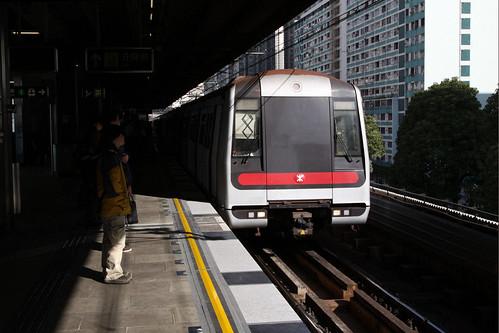Train arrives into Kowloon Bay station