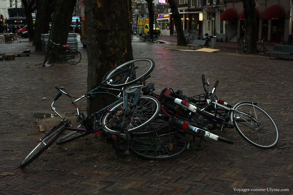 Tas de vélos par terre. On stationne comme on peut.