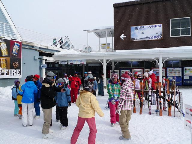 滑雪場大廳外集合