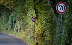 Schilderwald_01604 (tombomba2) Tags: 30040evr 300mm nikkor nikon objektive vr verkehrsschild f40 fullresolution lenses trafficsign altdorf bayern deutschland