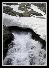 el cristal con que se mira..... (speedvilli) Tags: peace nieve perspectiva montaña hielo gredos cascada esmeralda almanzor sierradegredos ilusionoptica pigmeos picoalmanzor albertocontadorinocentealbertocontadorcampeón