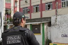 Complexo do Alemo (Luiz Baltar) Tags: brazil brasil riodejaneiro canon rj guerra fotos jornal favela fuga violncia baltar cerco jornalstica traficantes vilacruzeiro complexodoalemo luizbaltar violncianocomplexodoalemo