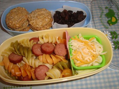 Rotini,hot dog,cheddar 'n mozarella cheese,quaker multigrain bluberrie crisp,raisins 11-30 by Rina Ameriasianbento