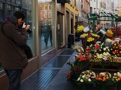 """""""Scatto una foto"""" (fata_ci) Tags: fiori riflessi bergamo fotografo città vetrine"""