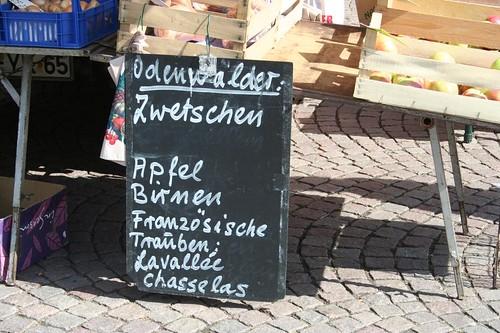 Placa com vegetais e nomes de fruta escritos em alemão num mercado no centro de Darmstad na Alemanha