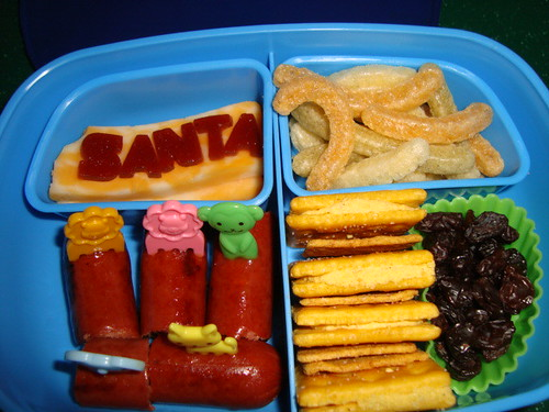 All beef sausages,cheese,fruit leather,veggie straws,cheddar cheese biscuit,wheat thins,raisins 12-15 by Rina Ameriasianbento
