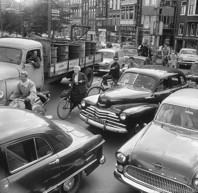 09-23-1958_15386B Verkeerschaos Muntplein