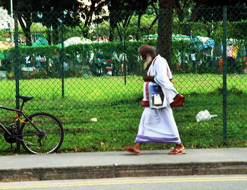 monje en el mercado