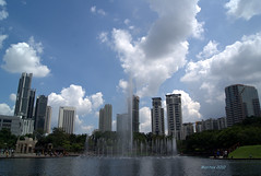 Fountain near Petronas' Twin Tower (human_factor) Tags: fountain buildings petronas malaysia kualalumpur kl humanfactor maritescabaral