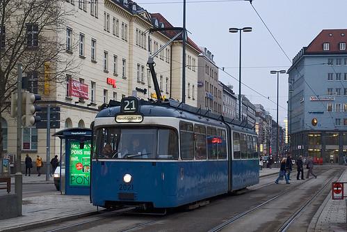2021 wirkt leicht verloren an der langen Doppelhaltestelle am Bahnhofsvorplatz