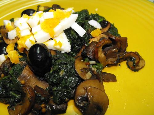 Espinafres salteados com cogumelos e ovo