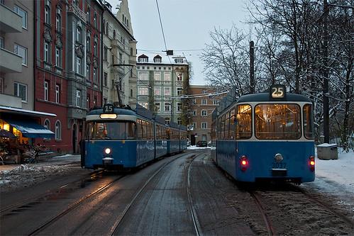 Beide P-Wagen-Kurse fahren zwischenzeitlich die Großhesseloher Brücke an, wodurch ein Treffen der Wagen am Johannisplatz stattfindet