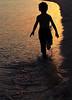 (عفاف المعيوف) Tags: غروب شاطئ بحر ركض طفل سيوليت