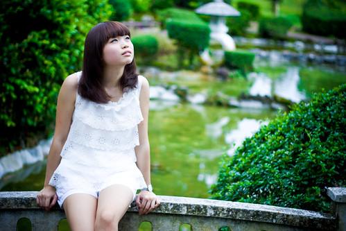 [フリー画像] 人物, 女性, アジア女性, 見上げる, シンガポール人, 201101132100