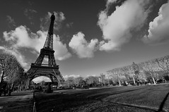 Tour Eiffel - Eiffel Tower (VdlMrc) Tags: city blackandwhite cloud paris france tower monochrome landscape outside nikon frankreich scenery tour noiretblanc himmel wideangle paisaje eiffel ciel cielo champdemars nuage  landschaft francia extrieur   paesaggio  pars urbanlandscape  parigi stadtbild paisajeurbano fuera     d90 grandangle paesaggiourbano paysageurbain   auserhalb  nikkor1024mm nikond90bw aldifuori