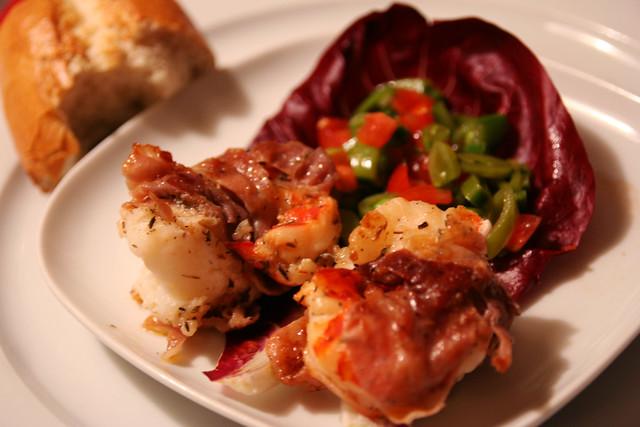 gebratene king prawns im serrano-mantel auf zuckerschoten-minz-salat