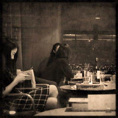 Les petites musiques... (L'Ubuesque Bote  Savon) Tags: blur japan sepia night square restaurant tokyo bottle nikon women wine explore nippon japon japanesewomen d90 soireentreamis truthandillusion