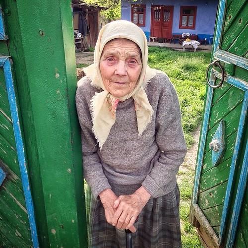 Una dintre cele mai triste imagini: O mama care-si petrece copiii; o bunica ce-si petrece nepotii; o strabunica - un calificativ tot mai rar intilnit astazi. #grandma #loneliness #mother #sad #easter #moldova #localsmd