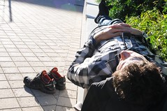 Il riposo domenicale (motorpsykhos) Tags: belfast botanicgardens sleep riposo sundaty october shoes man sun