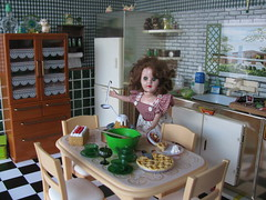 Cooking (Retro Mama69) Tags: toys applepie dollhouse greenkitchen retrokitchen rementminiatures metalkitchen miniaturekitchen kitchendollhouse collectionminiatures kitchendiorama reliabledoll vintagetintoykitchen kitchenroombox superiortcohnkitchen superiorkitchentoy miniaturetableandchairs