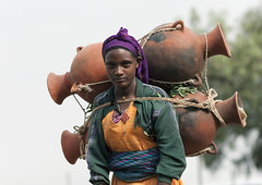Oromo woman carrying jars on her back Ethiopia (Eric Lafforgue) Tags: africa people woman colour horizontal female work outside outdoors person labor femme travail pottery labour effort ethiopia porter personne jars humanbeing carrying poterie contemplation afrique dehors eastafrica abyssinia ethiopie exterieur 5235 lookingatcamera jarres oromo waistup abyssinie vueexterieure coloredpicture photocouleur ontheback afriquedelest alataille etrehumain surledos regardantlobjectif omotribe oromopeople colouredpicture cadragealataille tribudesoromos peupleoromo villageoftulugulu villagedetulugulu tulugulu tuluguluvillage