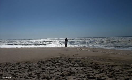 Sózinha, frente ao mar