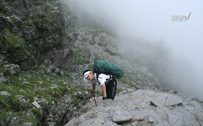 陡峭的山徑爬來很辛苦