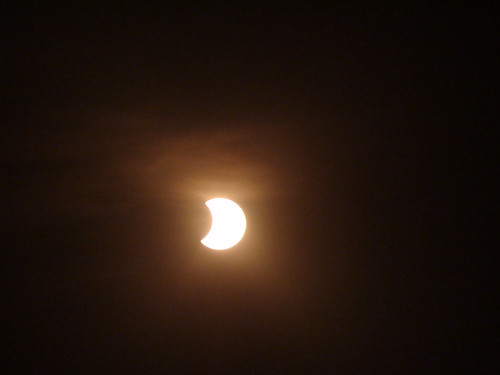 Eclipse a la mitad y entrando las nubes en acción.
