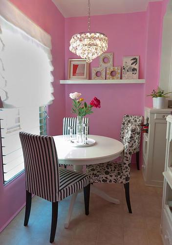 Decoração: Parede rosa com decor preto e branca