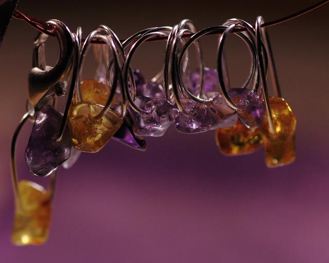 Nr. 2-11 - Ametyst chips, 2 ovale + 10 runde + Rav chips, 2 runde + 2 ovale + 1 krok = 16+1. Tynn wire, 6,5 mm.     IMG_4163