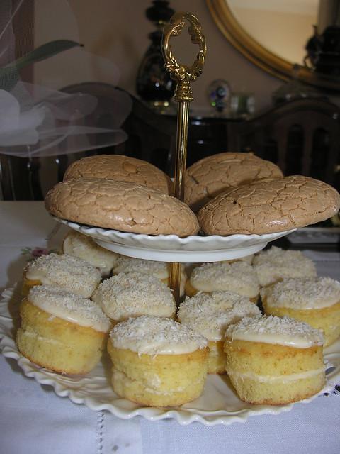 Minik Kekler, Güneşli Bir Kahvaltı Masası