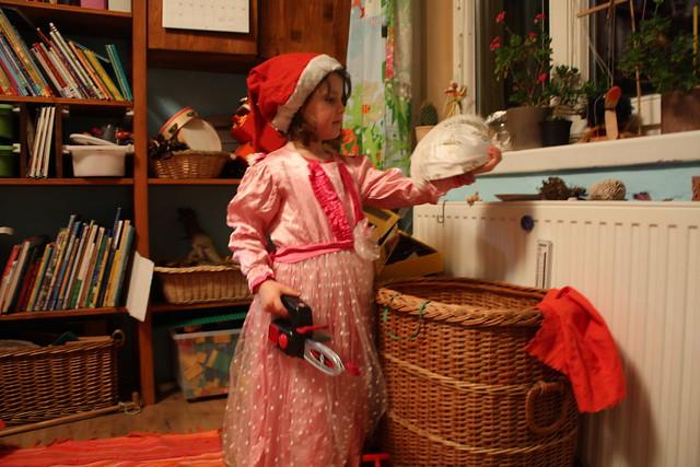 Weihnachts Prinzessin mit Kettensäge und Furzkissen : D