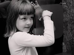 Jugando (JavierLorca) Tags: retrato bn niña posado robado