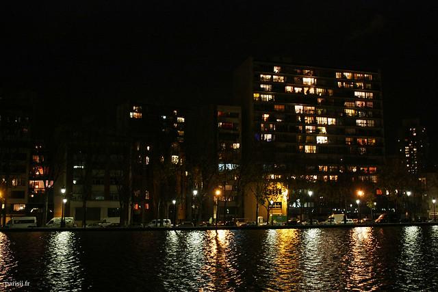 Beaucoup de fenêtres allumées dans les grands immeubles
