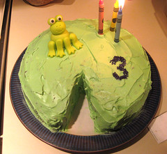 lilypad cake with fondant frog and crayon candles