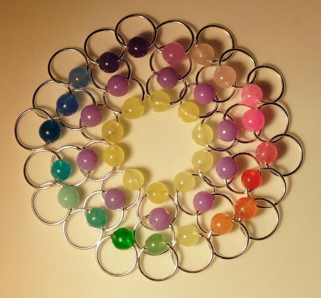 Nr. 22-11 - Jade - 10 lilla, 10 gule + 20 regnbue - tynn sølvfarget wire, 4,5 mm, rund.     IMG_4577