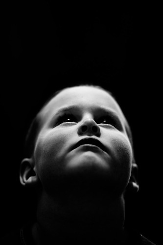 フリー写真素材, 人物, 子供, 少年・男の子, 見上げる, モノクロ写真,