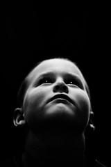 [フリー画像] 人物, 子供, 少年・男の子, 見上げる, モノクロ写真, 201103071300