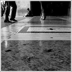 classes sociales (laboratoire de l'hydre) Tags: street milan motif noir femme talon pied rue et blanc italie homme classes sociales pav vieil