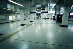 14 (JonathanPuntervold) Tags: station canon metro jonathan mark empty daily photoblog ii ghosttown 5d 東京 20mm voigtländer f35 suitengumae フォクトレンダー puntervold jonathanpuntervold 水天宮前 東京メトロ