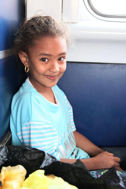 エジプト 列車でルクソールからアスワンへ かわいいヌビア人の少女