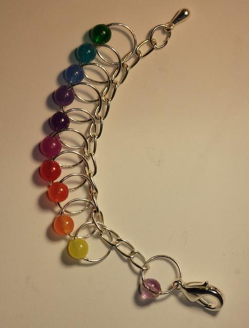Nr. 29-11 - Sølvfisk - sølvfarget lenke og wire og krok, 10 markører i regnbue - 6 mm, fluorite perle ved kroken     IMG_4691