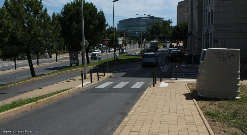 J'attire votre attention sur les trottoirs : de couleur claire, faits de blocs, ils sont toujours beaux.