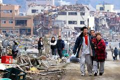 CRISIS JAPON 2011 - Familias sin hogar desoladas por el terremoto y el tsunami