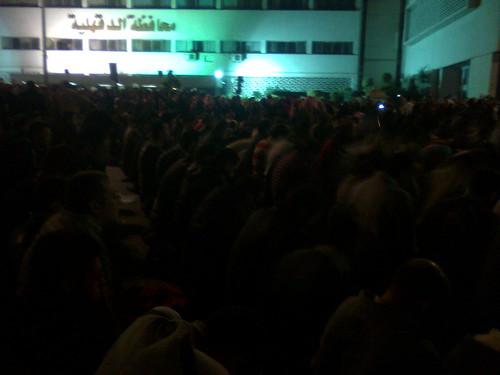المتظاهرون يصلون اثناء اعتصامنا امام ديوان المحاظفه بالمنصوره